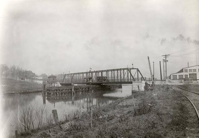 This 1924 photograph shows the Lincoln Avenue Bridge over the Kinnickinnic River.