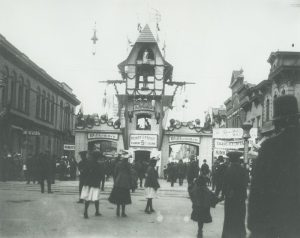Photograph featuring the gates to the Jahrmarkt, an annual street festival held at W. National Avenue and the current S. 5th Street, circa 1905.