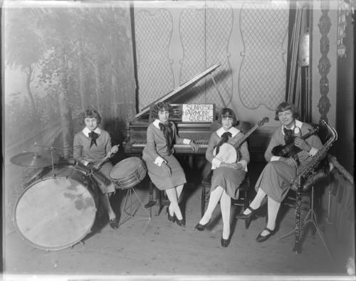 <table class=&quot;lightbox&quot;><tr><td colspan=2 class=&quot;lightbox-title&quot;>Sunrise Harmony Queens Orchestra</td></tr><tr><td colspan=2 class=&quot;lightbox-caption&quot;>Amateur music groups, such as the quartet pictured here in 1924, were also popular in Milwaukee.</td></tr><tr><td colspan=2 class=&quot;lightbox-spacer&quot;></td></tr><tr class=&quot;lightbox-detail&quot;><td class=&quot;cell-title&quot;>Source: </td><td class=&quot;cell-value&quot;>From the Roman B. Kwaniewski Photographs Collection, Archives. University of Wisconsin-Milwaukee Libraries.<br /><a href=&quot;https://collections.lib.uwm.edu/digital/collection/mke-polonia/id/32572/rec/144&quot; target=&quot;_blank&quot;>University of Wisconsin-Milwaukee Libraries</a></td></tr><tr class=&quot;filler-row&quot;><td colspan=2>&nbsp;</td></tr></table>