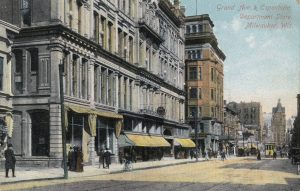 This 20th century postcard illustrates a scene of the Grand Avenue and the Espenhain Department Store.