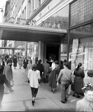 Crowds enter Milwaukee's Boston Store in 1950.