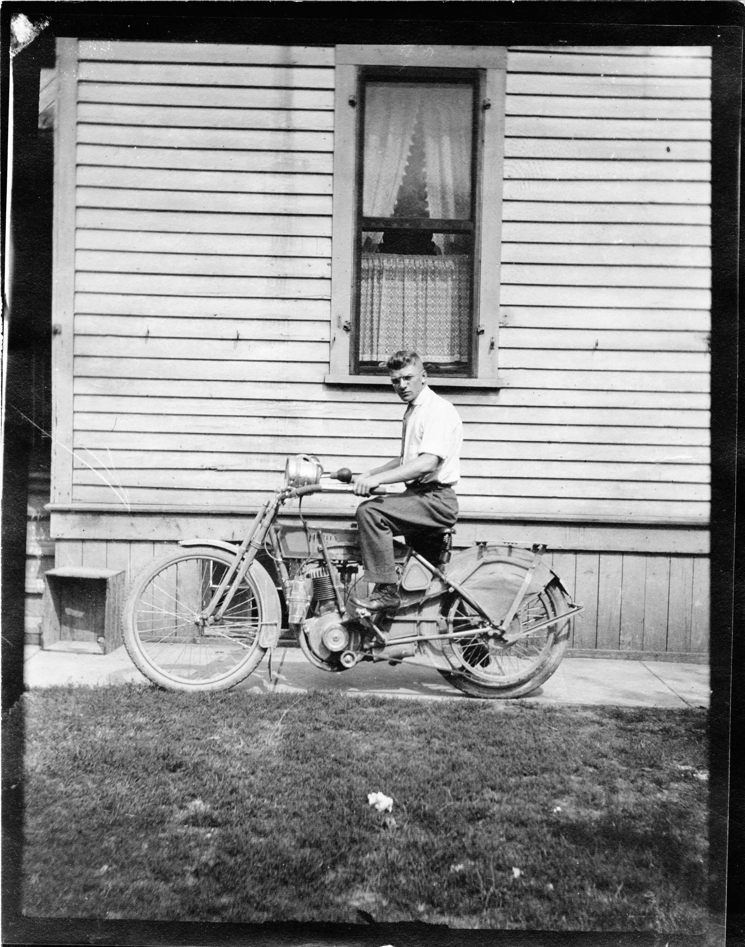 A man poses with an early 20th-century motorcycle in Milwaukee.